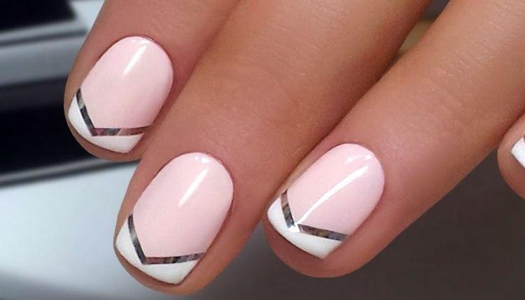 такой маникюр можно легко сделать с помощью ленты для дизайна ногтей.
