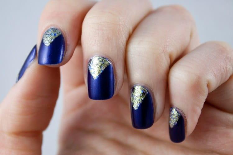 Треугольные лунки на ногтях можно выделить золотом, как на этом фото.