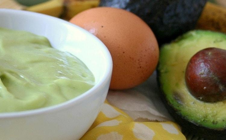 Хорошую маску для сухих обесцвеченных волос можно сделать на основе авокадо.