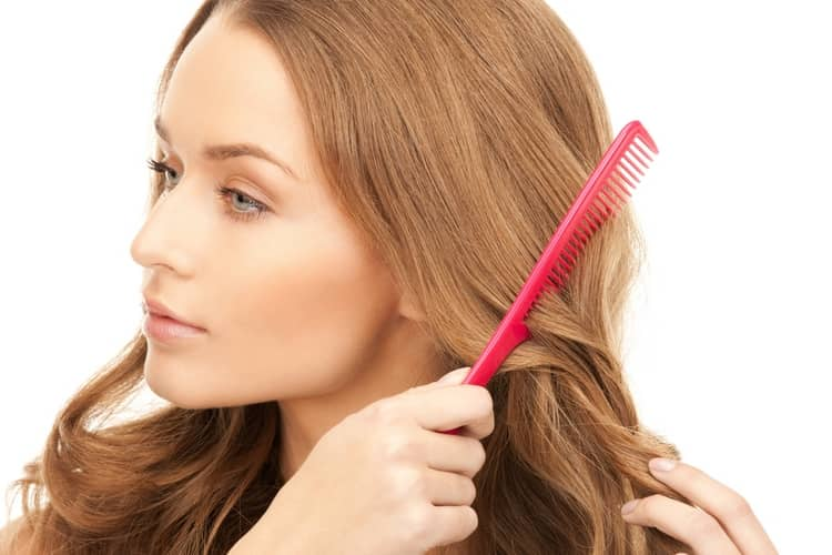 Перед нанесением смеси на волосы расчешите их.