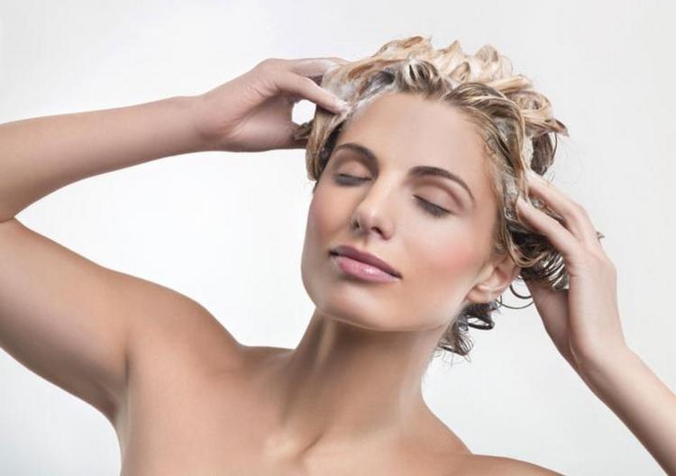 После нанесения маски можно также сделать легкий массаж кожи головы.