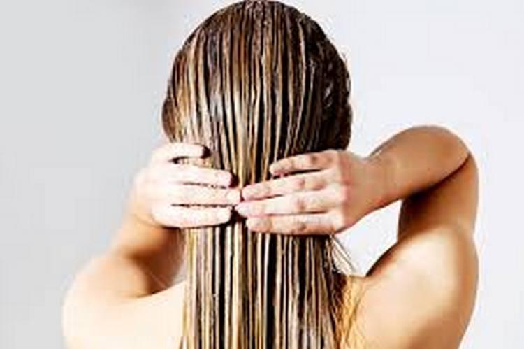 маски для волос на основе касторового и репейного масла можно наносить как на влажные, так и на сухие волосы.