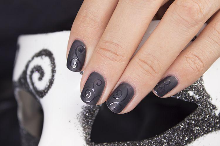 Дизайн ногтей матовым лаком можно дополнить глянцевыми узорами.