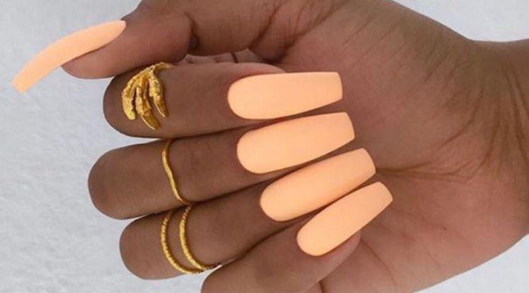 Летний матовый дизайн ногтей взывает в светлым тонам.