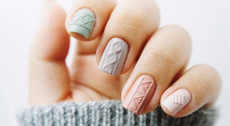 Такая симпатичная вязка на ногтях порадует вас в холодное время года.