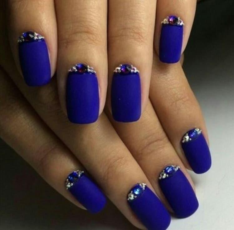 Посмотрите также фото дизайна синих матовых ногтей.