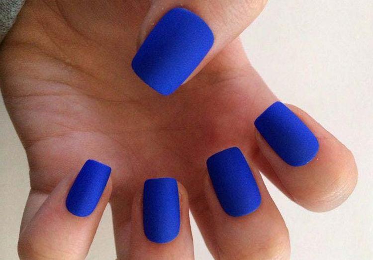 Глубокий синий матовый лак не нуждается в дополнительном декоре.