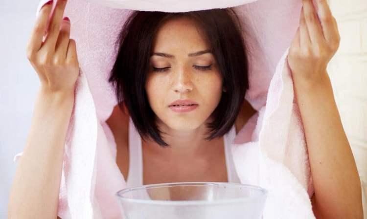 Чтобы провести механическую чистку лица дома, надо сначала хорошо распарить кожу.