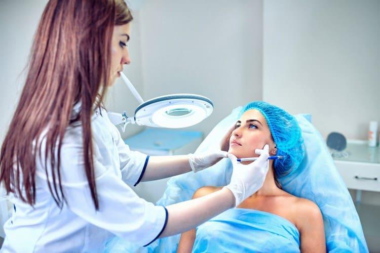 Перед тем как провести мезотерапию кожи лица, косметолог должен правильно подобрать препарат.