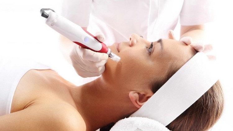 Аппаратная мезотерапия лица проводится специальным устройством.