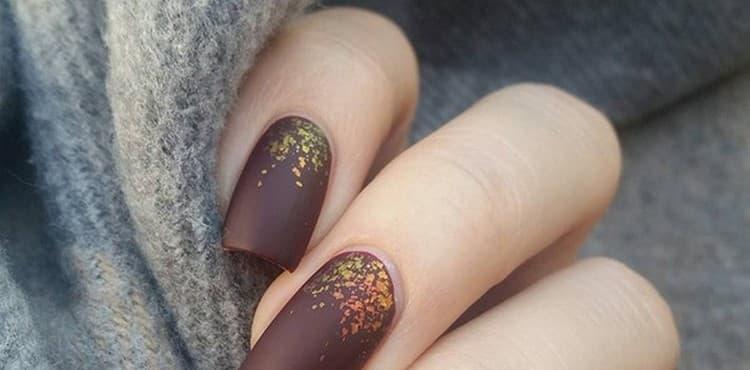 Для осени и зимы подойдет матовый коричневый цвет на ногтях.