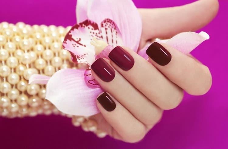 Многие женщины предпочитают насыщенный красный цвет на ногтях.