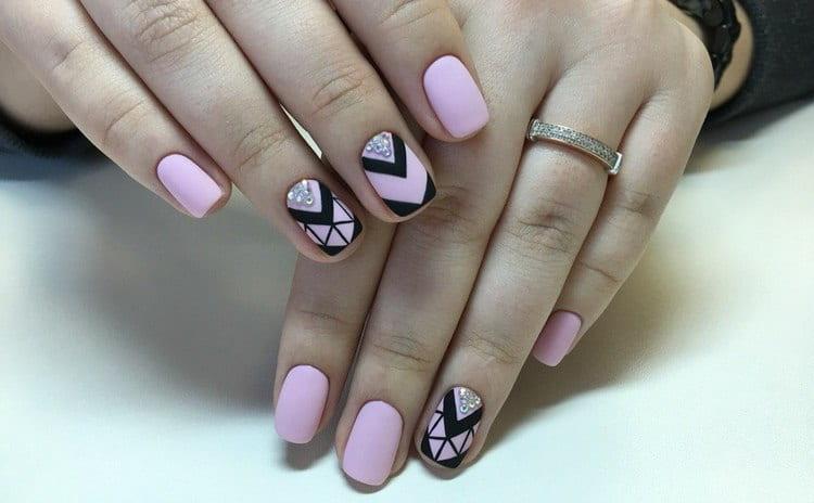 Стильный розовый геометрический маникюр.