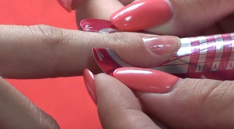 Наращивание ногтей акрилом можно выполнить в домашних условиях.