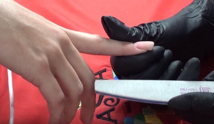 Посмотрите видео об акриловом наращивании ногтей.