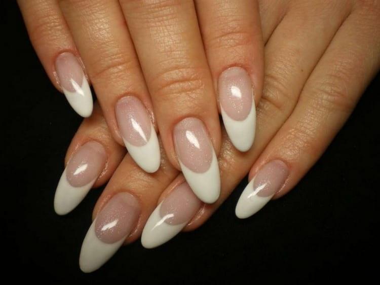 При наращивании ногтей акрилом одним из самых популярных решений дизайна является френч.