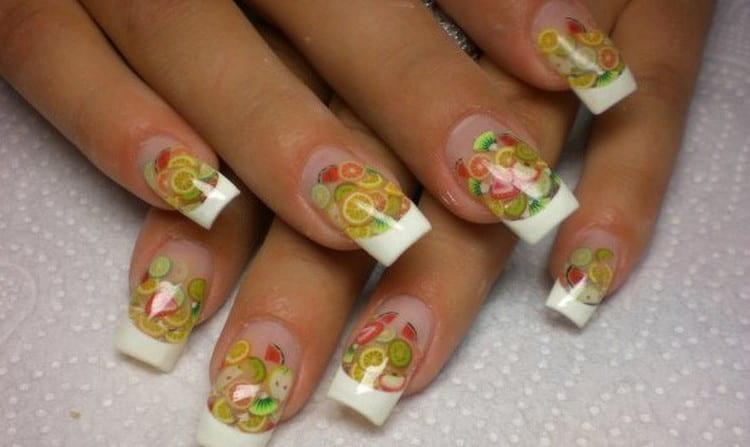 на нарощенные ногти можно также клеить наклейки.