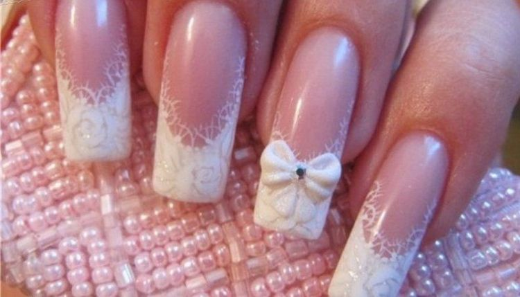Наращивание ногтей акрилом особенно актуально при свадебном маникюре.