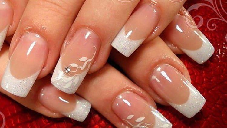 нежный свадебный френч на нарощенных ногтях.