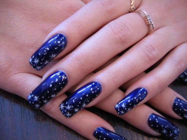 Глубокий синий цвет тоже стильно выглядит на длинных нарощенных ногтях.