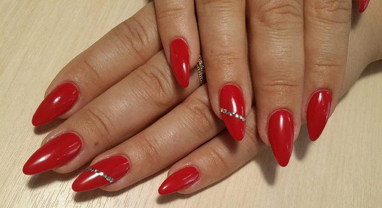 А вот яркий красный сексуальный цвет для нарощенных ногтей.