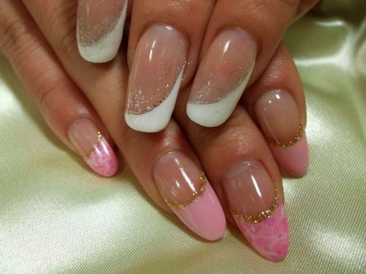 При дизайне нарощенных ногтей можно использовать также глиттер.