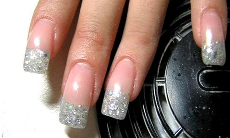 Можно сделать на нарощенных ногтях блестящий френч.