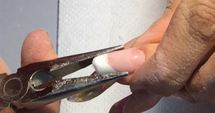 Пинцетом придаем ногтю нужную форму.