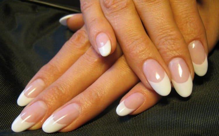 Классический френч очень популярен при наращивании ногтей.