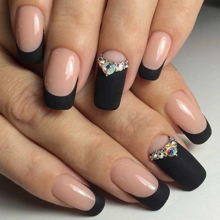 очень стильным при наращивании ногтей получается черный френч.