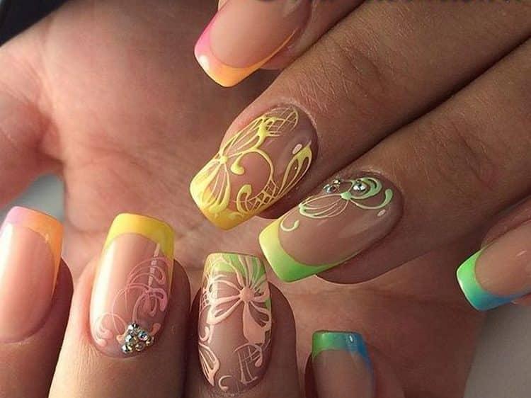 А вот стильный летний френч на нарощенные ногти.