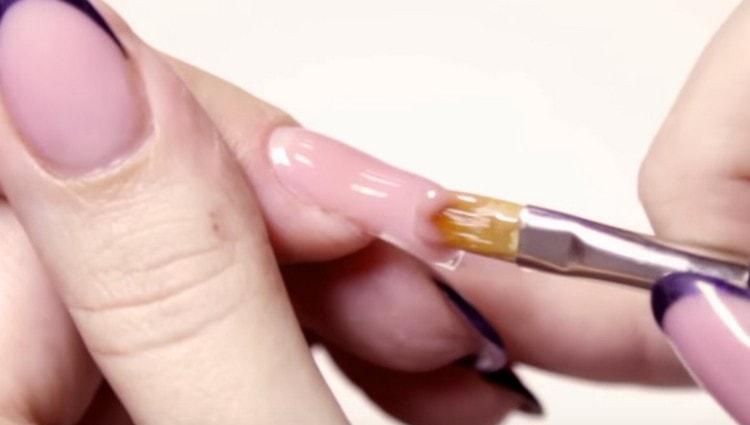 наносим однофазный гель для наращивания ногтей.