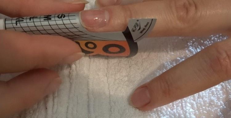 Устанавливаем на ногти формы.