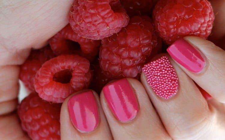 очень красиво выглядит икорный маникюр на нарощенных ногтях.