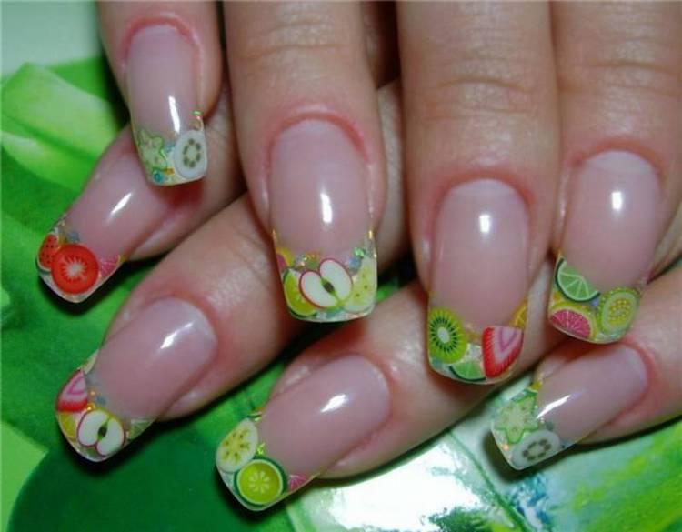 В теплое время года на нарощенных ногтях актуальными будут фрукты.