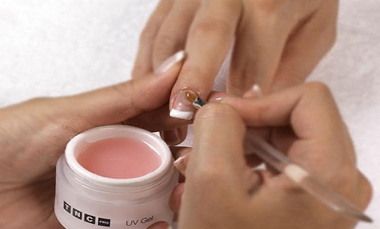 Посмотрите видео-обучения для начинающих о наращивании ногтей гелем.