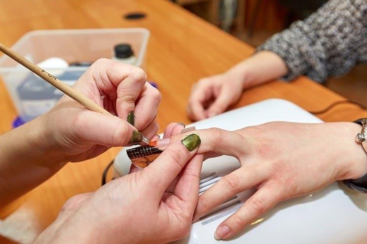 Посмотрите видео-урок о наращивании ногтей гелем для начинающих.