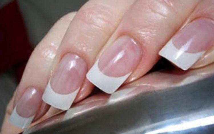 Самой популярной формой типс при наращивании ногтей является квадратная.