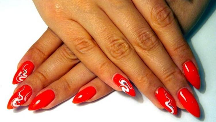 Популярностью пользуется также миндалевидная форма ногтя при наращивании.