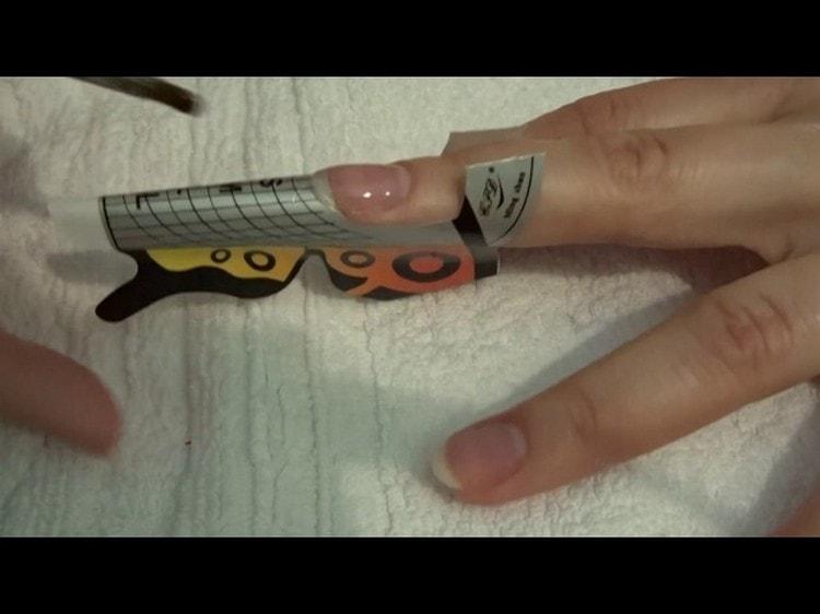 Посмотрите, как правильно ставить форму для наращивания ногтей.