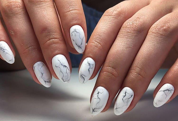 Мрамор на ногтях можно сделать самым разным.