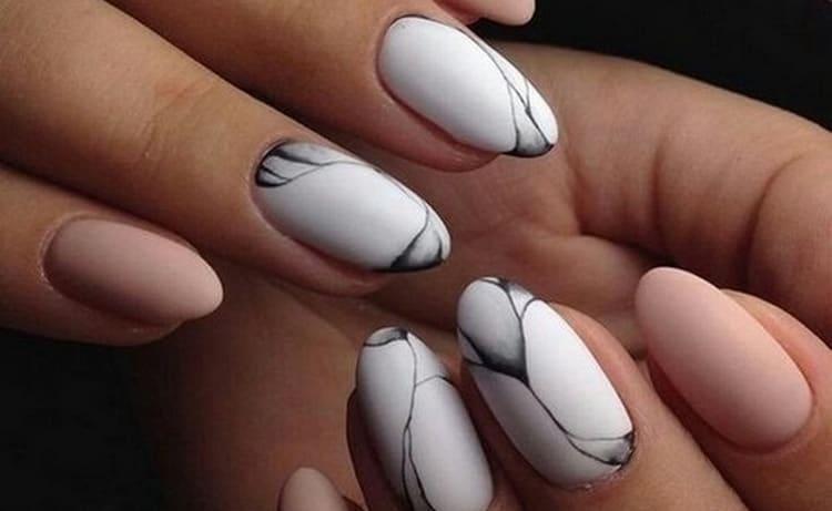 Мрамором на ногтях можно выделить только акцентные пальцы.