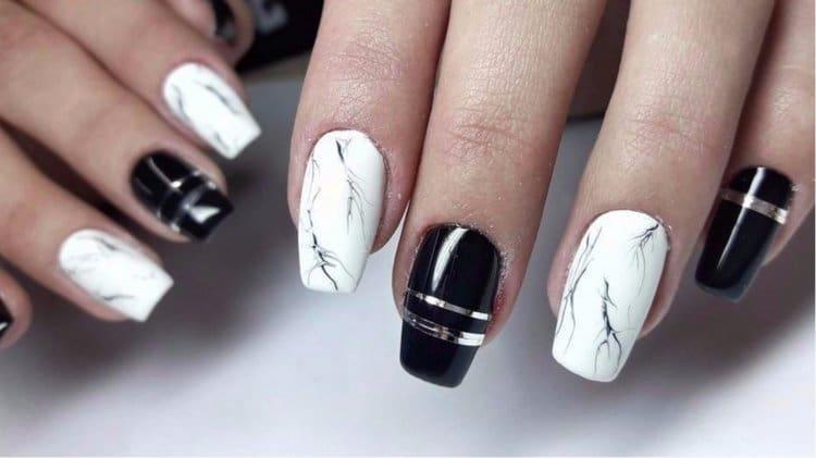 А вот стильное сочетание белого мрамора и черного лака на ногтях.