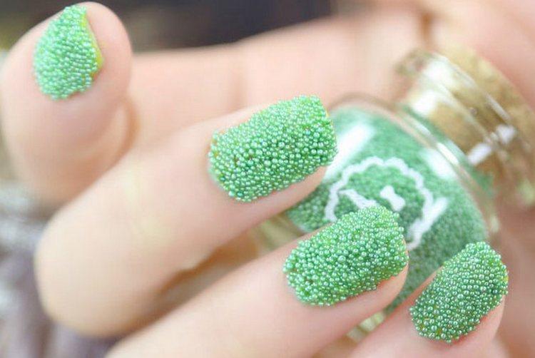светлый и яркий икорный дизайн ногтей.