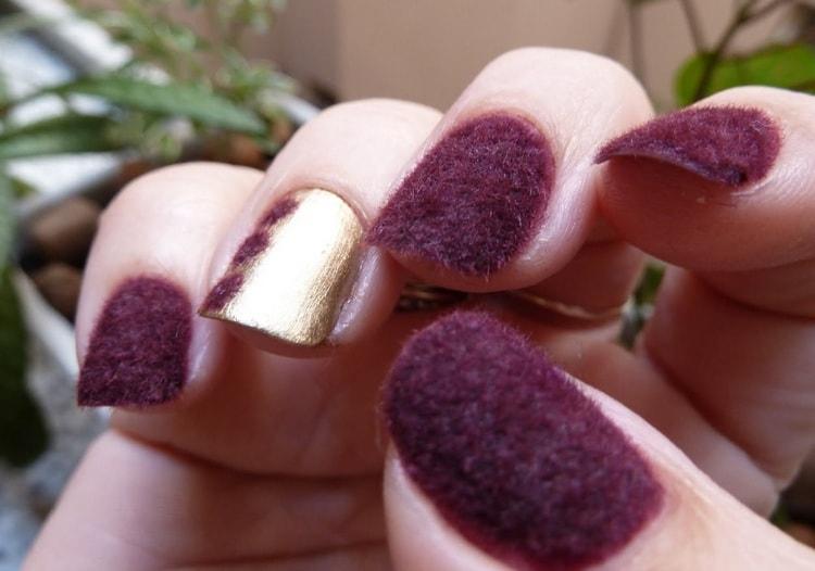 Такой бархат на ногтях делают при помощи специальной пудры с ворсинками.
