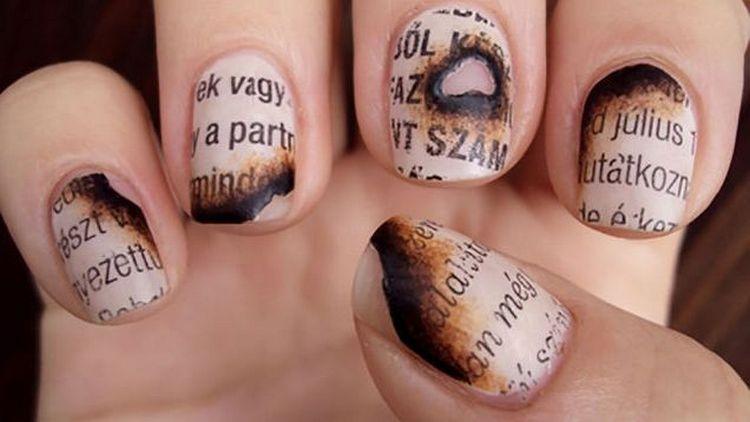 """А вот немного """"подгоревшая"""" газета на ногтях."""