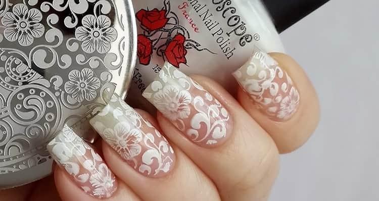 А вот нежный дизайн при наращивании ногтей.