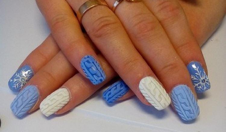 такая голубая вязка на ногтях дополнит ваши зимние образы.