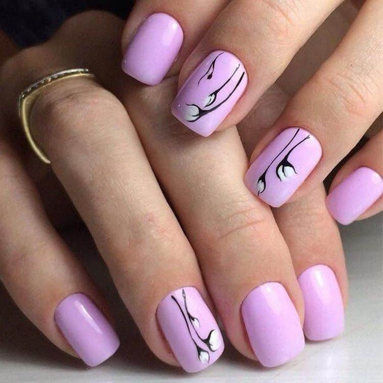 Нежно-сиреневый тоже в тренде в дизайне ногтей.