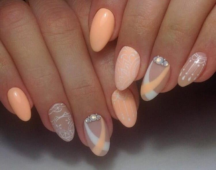А вот нежная роспись на ногтях.